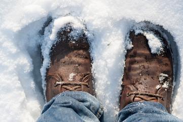 Lederschuhe im Schnee
