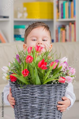 kleiner junge mit fr hlingsblumen stockfotos und lizenzfreie bilder auf bild. Black Bedroom Furniture Sets. Home Design Ideas