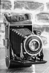 Appareil photo ancien à soufflet en noir et blanc