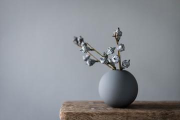 eukalyptus frucht in runder vase