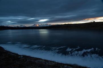 arktische Landschaft mit zugefrorenem See im Dämmerlicht