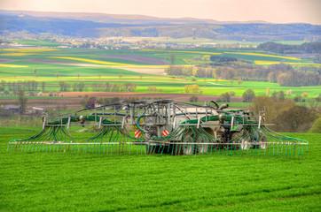 Traktor,Gülle-Ausbringung durch Schleppschlauchtechnik