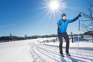 Skilangläufer unter bayerischer Sonne auf der Loipe
