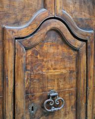 Antico portone con bellissime maniglie in metallo