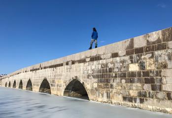 tarihi köprüde yürüyen adam