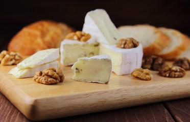сыр камамбер с грецким орехом и багетом