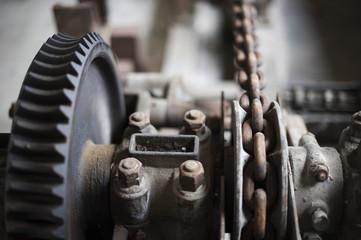 Alte Maschine mit Ketten und Zahnrädern