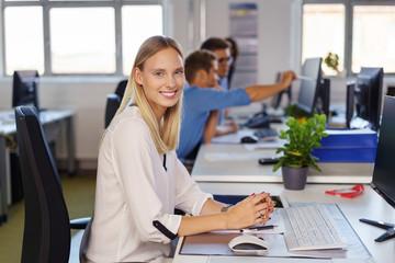 lächelnde geschäftsfrau arbeitet am computer