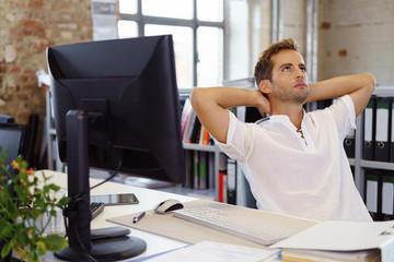 nachdenklicher mann im büro