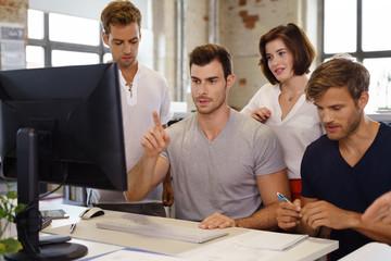 junge leute arbeiten zusammen am computer