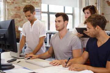 junge unternehmer arbeiten zusammen am computer