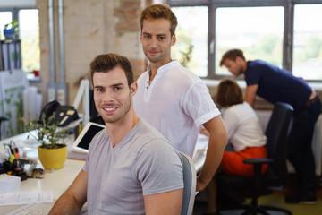 junges team arbeitet zusammen in einem büro