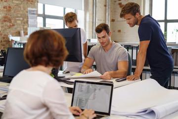 mitarbeiter besprechen ein projekt