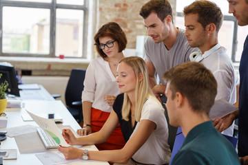 junges team analysiert die zahlen