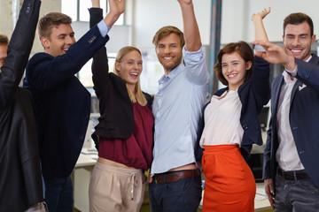 erfolgreiches team jubelt im büro
