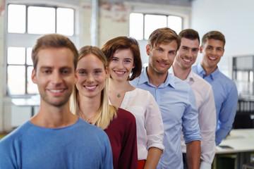 motiviertes junges team im büro steht in eine reihe