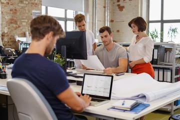 auszubildende im büro