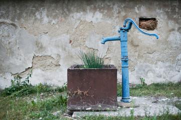 Alter blauer Pumpbrunnen