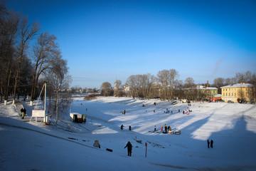 Зимние пейзажи замерзшей реки Вологда в одноименном городе, Россия