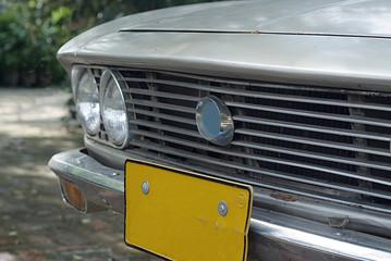 Stare stylowe auto lekko zardzewiałe