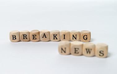 Information / kleine Holzwürfel mit den Worten Breaking News