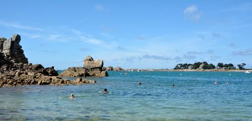 Un groupe d'hommes et de femmes se baigne dans la mer à la plage du voleur de Port-Blanc Penvénan en Bretagne
