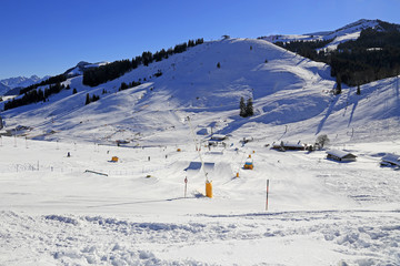 Wintersport: Bayerisches Skigebiet mit Funpark