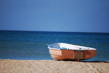 лодка на берегу на фоне моря