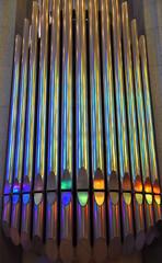 Farbig glänzende Orgelpfeifen in der Sagrada familia