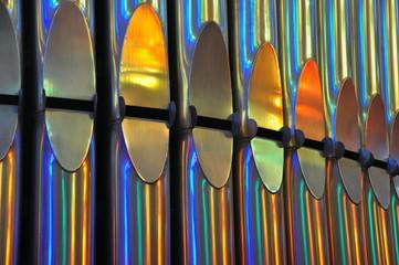 Farbig glänzende Orgelpfeifenreihe in der Sagrada familia