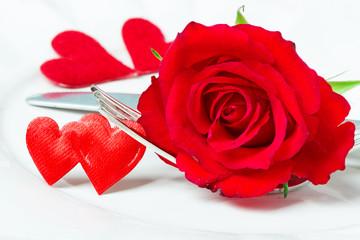 Valentinstag, Gedeck und Rose