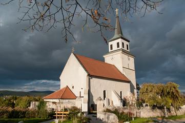 Kirche unter Wokenhimmel in Sooß
