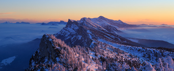 Fotomurales - Snow covered mountainrange, Vercors, France, during a winter sunrise.