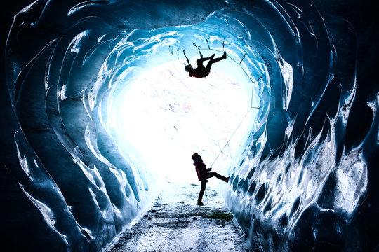 escalade dans une caverrne glacée
