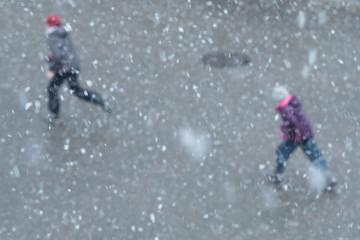 Schneeflocken und unscharfe Kinder