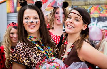 Junge Frauen an Rosenmontag im Fasching feiern