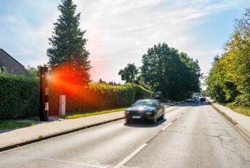 Geblitzt PKW wird geblitzt Radarkontrolle Geschwindigkeitsüberschreitung Blitzer