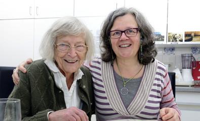 Senioren Häusliche Altenpflege Mutter und Tochter