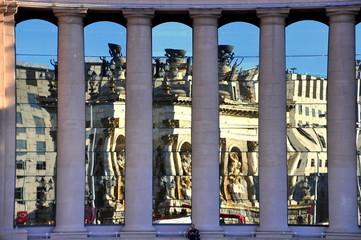 Fassade mit Säulen und Spiegelung