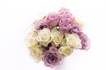 Ein Blumenstrauss voller weißer und pinkfarbener Rosen