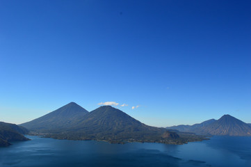 Hermosa vista aérea del Atitlán uno de los lagos más hermosos del mundo  se encuentra en Sololá departamento de Guatemala