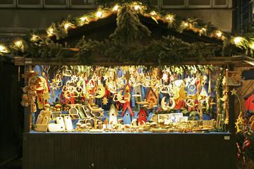 Weihnachtlich beleuchteter Verkaufssatnd auf dem Weihnachtsmarkt in Leipzig, Sachsen, Deutschland, Europa