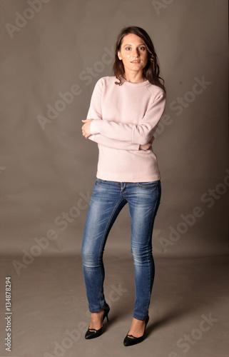 длинноволосая красивая девушка в джинсах бесплатно фото