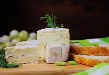 сыр камамбер с зеленью и багетом