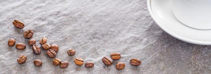 Kaffeebohnen und Kaffeetasse auf Granitplatte, Panorama, Hintergrund