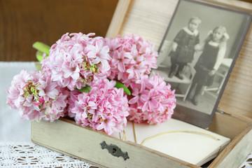 Erinnerung - Hyazinthen mit Holzkiste und alter Fotografie