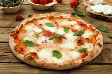 pizza margherita su sfondo rustico
