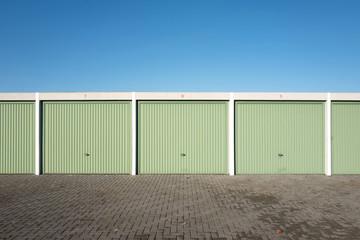 Garagenanlage mit grünen Toren