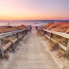 na plaży nad Morzem Bałtyckim - wybrzeże w zachodzie słońca
