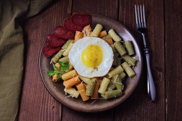 яичница и паста с тертым сыром и ветчиной